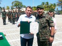 O prefeito de Iguatu, Aderilo Alcântara recebeu nesta quinta-feira (18), a Medalha Olavo Bilac, uma das maiores honrarias do Exército Brasileiro.